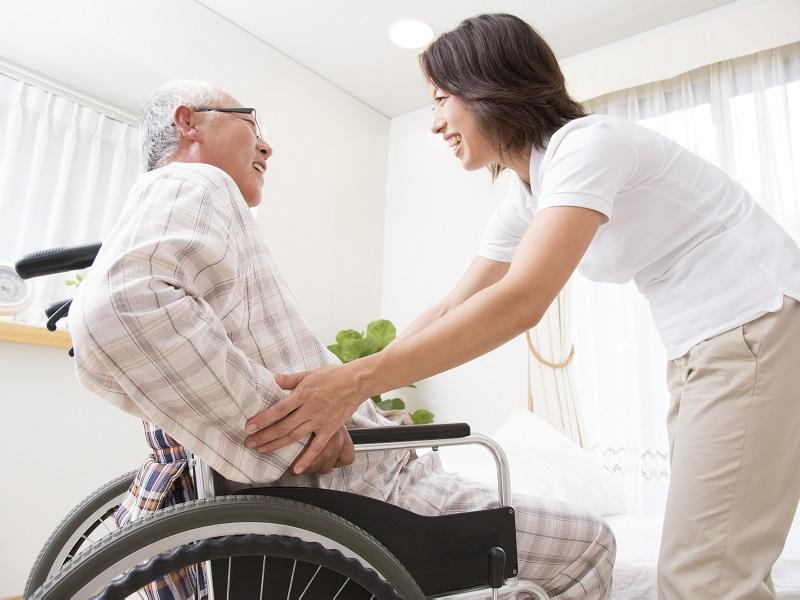 介護士の正社員になるには?役立つ資格やメリットをご紹介