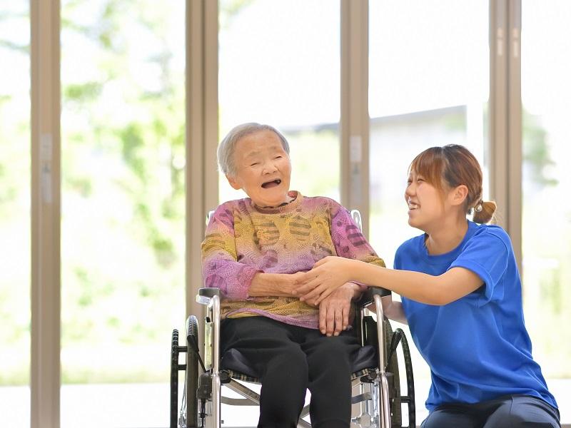 老人介護施設・窓辺でくつろぐ母