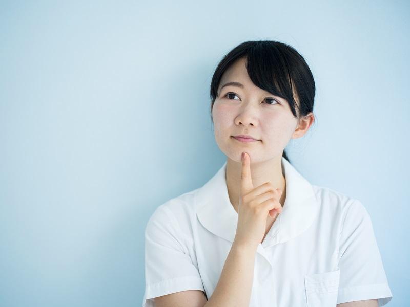 考える介護職の女性のイメージ
