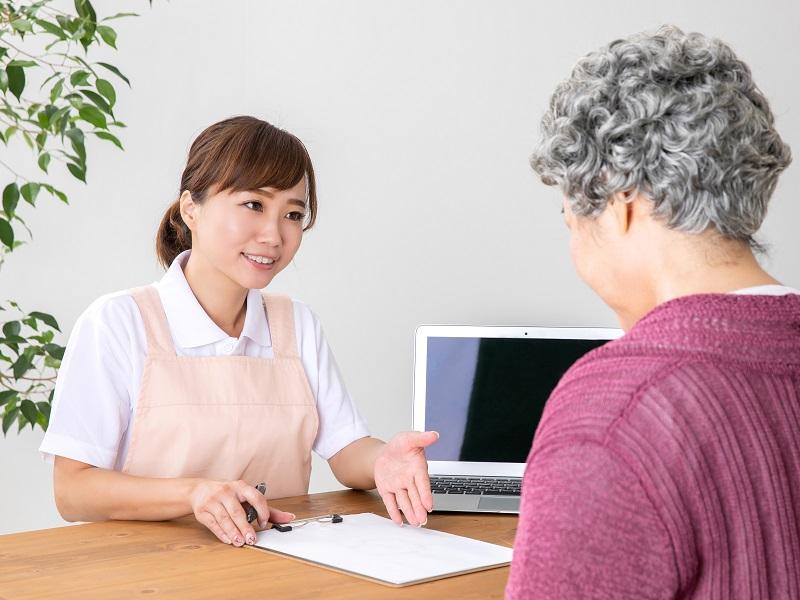 介護士と高齢者の女性のイメージ