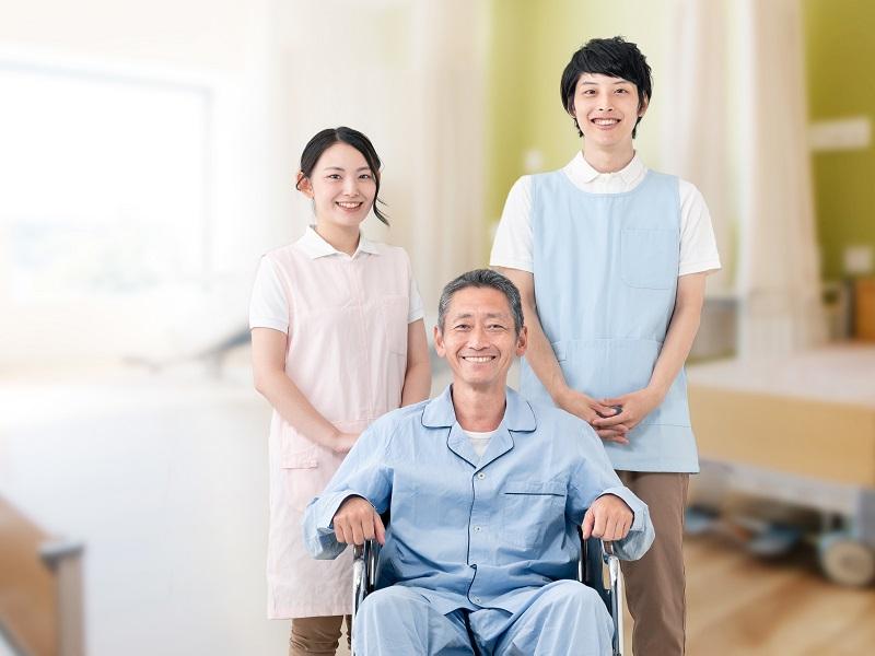介護士と車椅子に乗った高齢者のイメージ