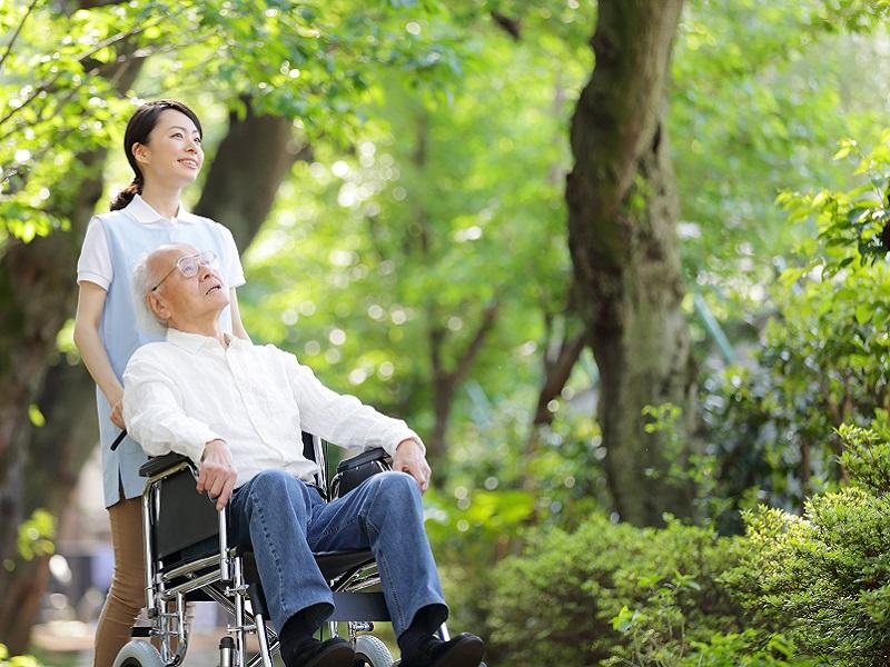 車椅子を押す介護士のイメージ