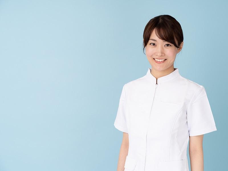 笑顔の女性介護士の画像