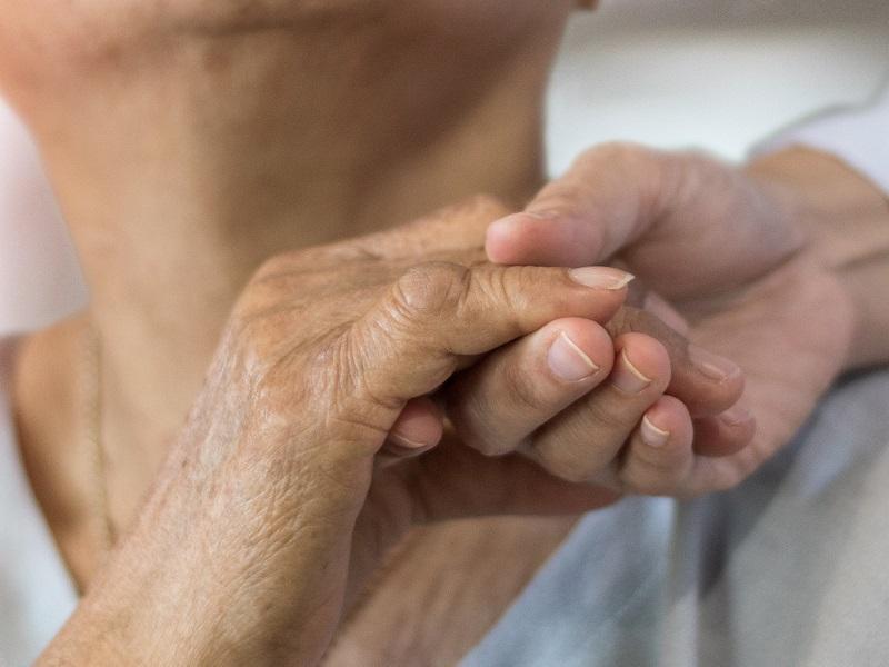 手を取る高齢者とスタッフの画像
