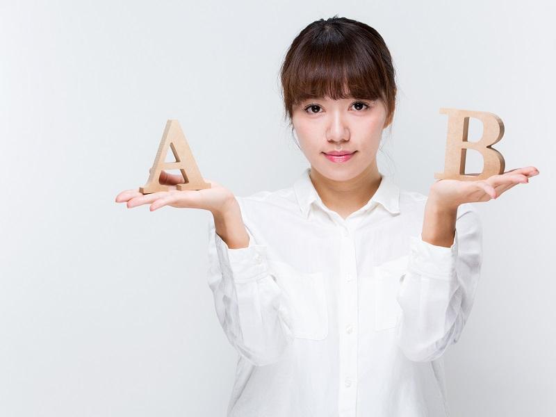 AとBを比較する女性の画像