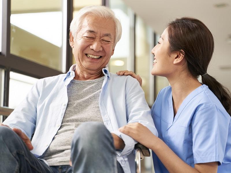 介護で役立つ傾聴スキルとは。共感を示すコミュニケーションの方法