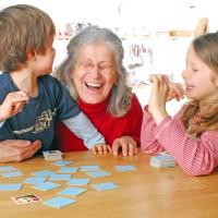 レクリエーションの参考になるかも?!介護士さんに教えたい世代を超えて楽しめる遊び