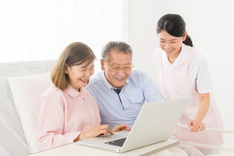 K_提供画像2利用者さんとご家族、介護スタッフが追悼サイトを利用しているイメージ