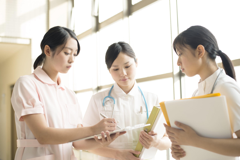 打ち合わせをする3人の看護師の画像