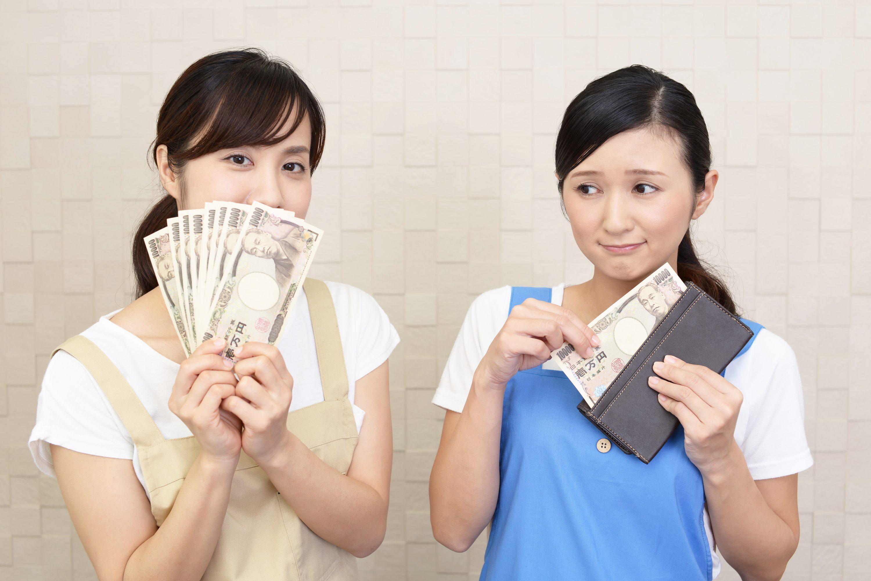 紙幣を持つ二人の女性のイメージ