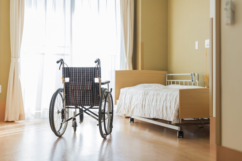 車いすと介護ベッドのある部屋の画像