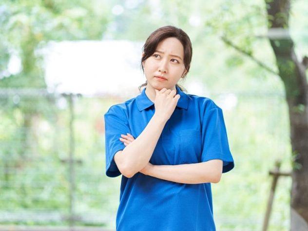 考える女性介護士の画像