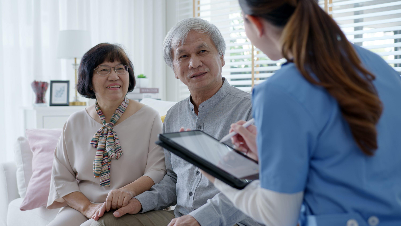 老夫婦に介護プランの聞き取りをしているケアマネージャーのイメージ画像