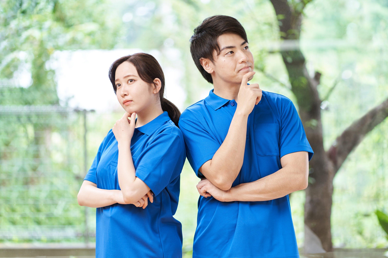 仕事につてい悩む2人の介護士のイメージ