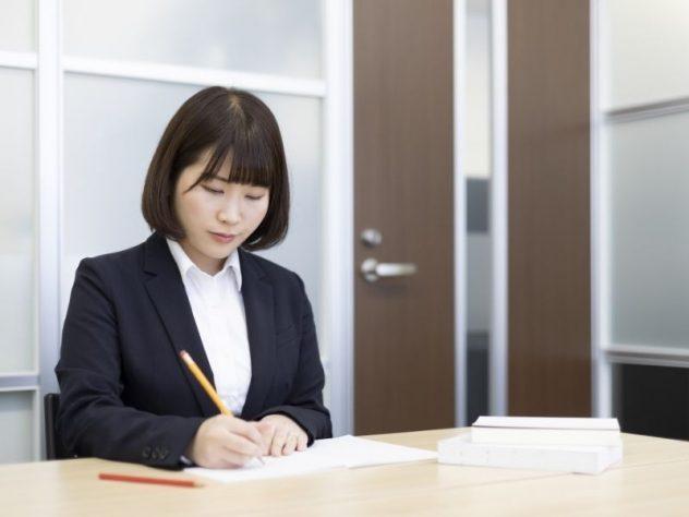 筆記試験を受ける女性